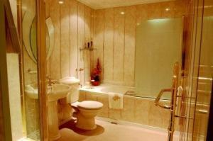 монтаж панелей пвх, панель пвх для ванной комнаты, монтаж панелей, пластиковый монтажный профиль, напольный плинтус, панель, пвх, монтаж, панелей пвх
